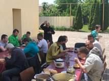 Ist möglicherweise ein Bild von 6 Personen, Personen, die stehen, Essen und außen